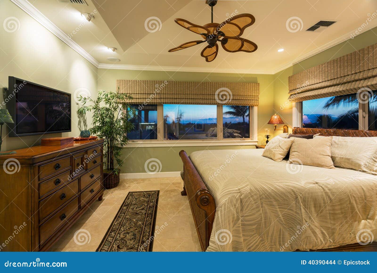 Bel intérieur de chambre à coucher dans la nouvelle maison de luxe images stock