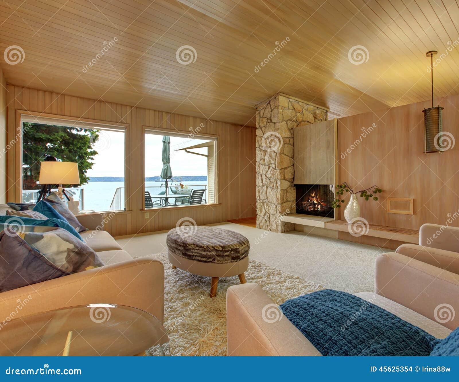 Bel intérieur de maison avec léquilibre et la cheminée en bois de planche images