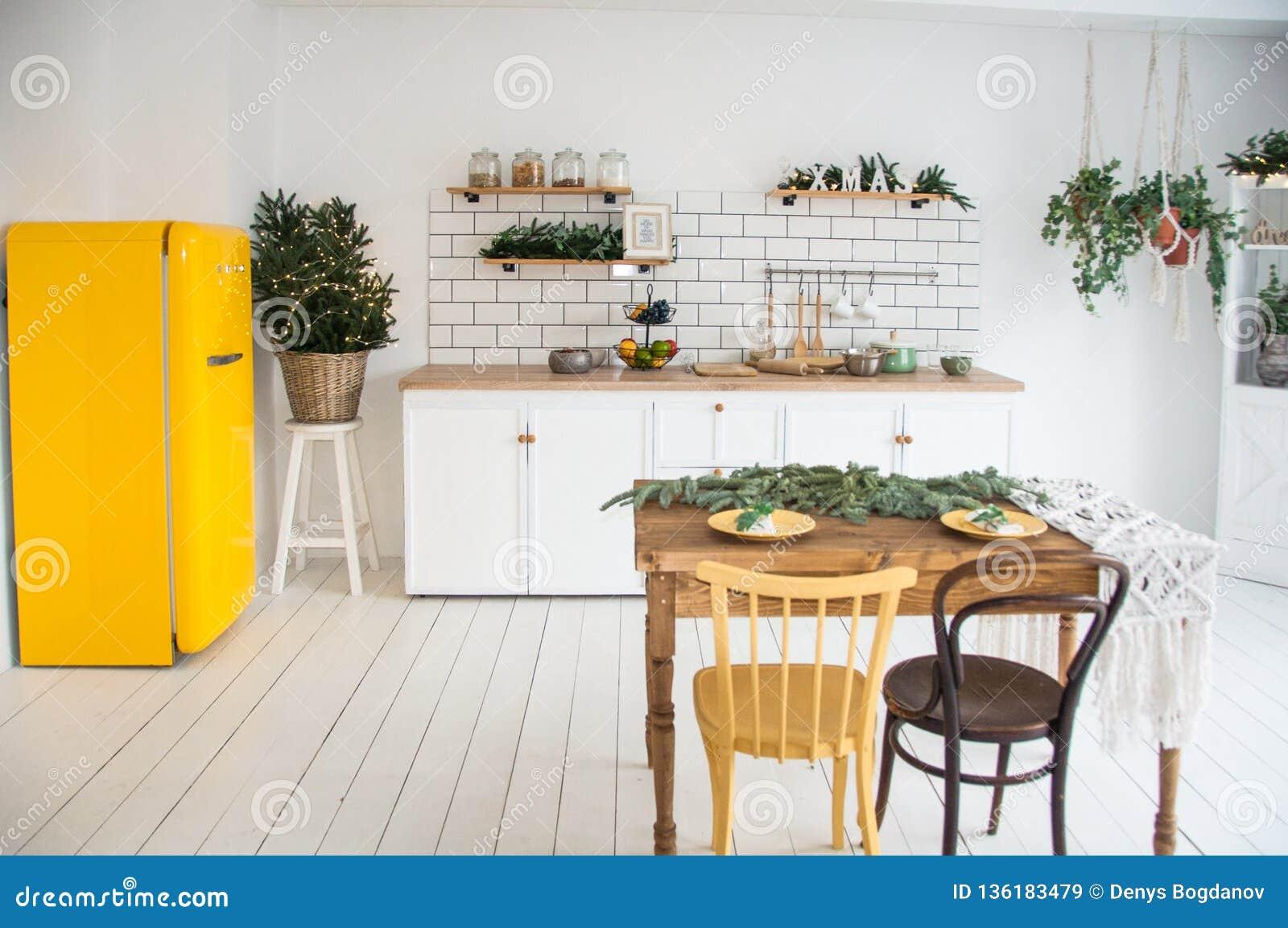 Bel Intérieur Moderne Confortable Blanc De Cuisine ...