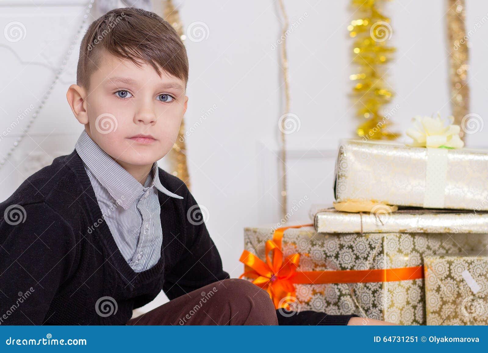 Bel ragazzo con un contenitore di regalo