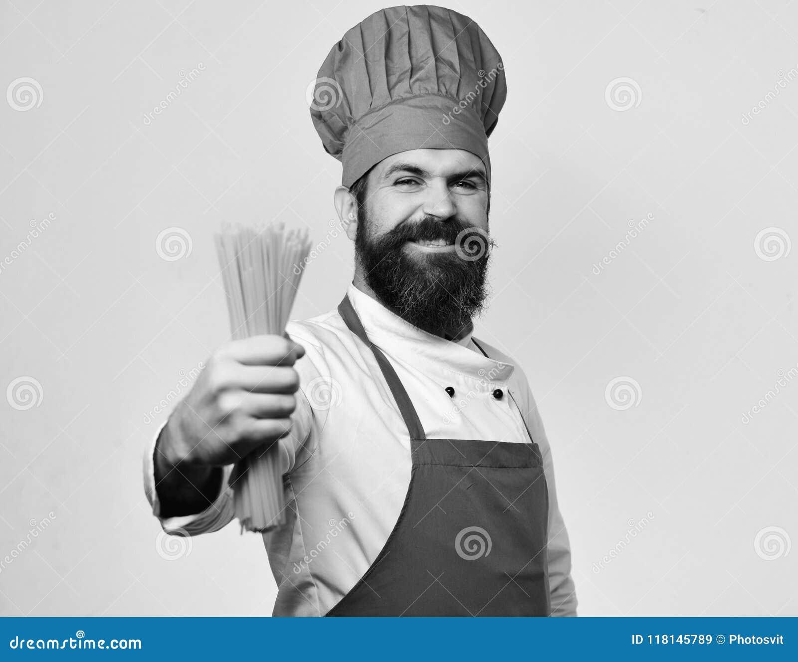 Belangrijkste kooktoestel of chef-kok Italiaans keukenconcept Mens met baard op witte achtergrond wordt geïsoleerd die