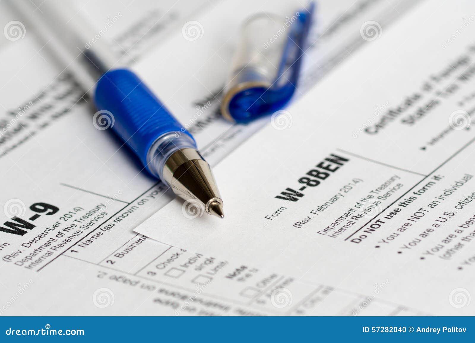Belasting rapporteringsvormen met geopende blauwe pen