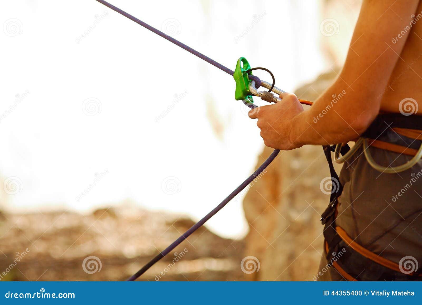 Belayer con la corda e i carabines
