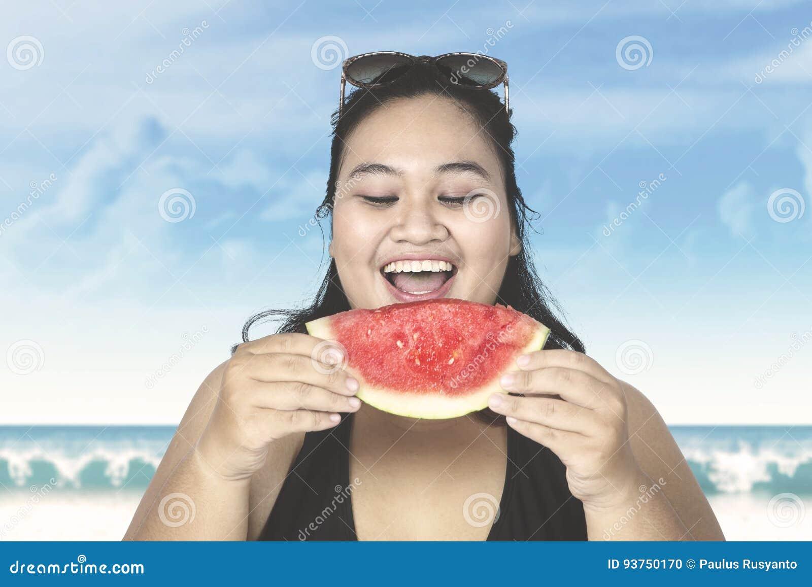 Beleibte Frau, Die Wassermelone Auf Strand Isst Stockfoto - Bild von ... 98419f1f60