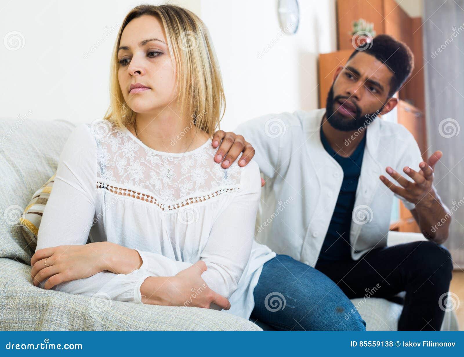 Beleidigter schwarzer Kerl, der schlechten Kampf mit Freundin und dem Schreien hat