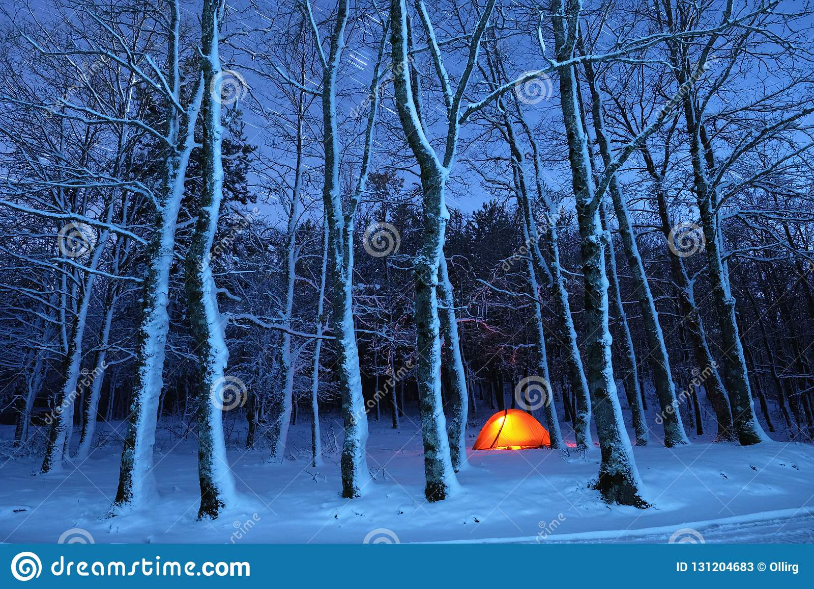 Beleuchten des Zeltes in Snowy-Holz von Nebrodi-Park, Sizilien