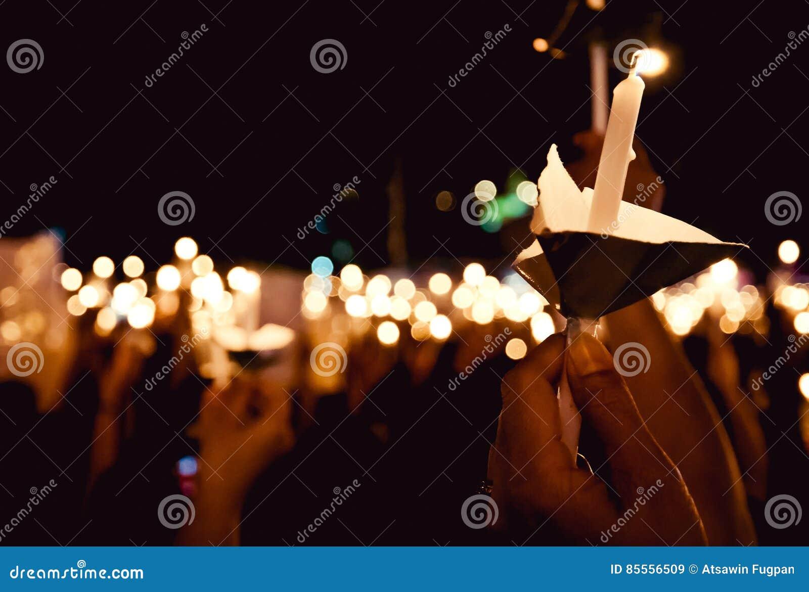 Beleuchten Sie die Kerze schön nachts