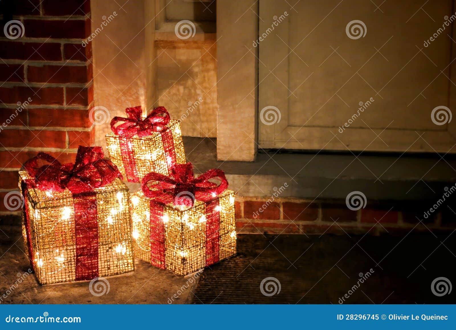 Beleuchtete Verzierte Weihnachtsgeschenk-Kästen An Der Tür Stockbild ...