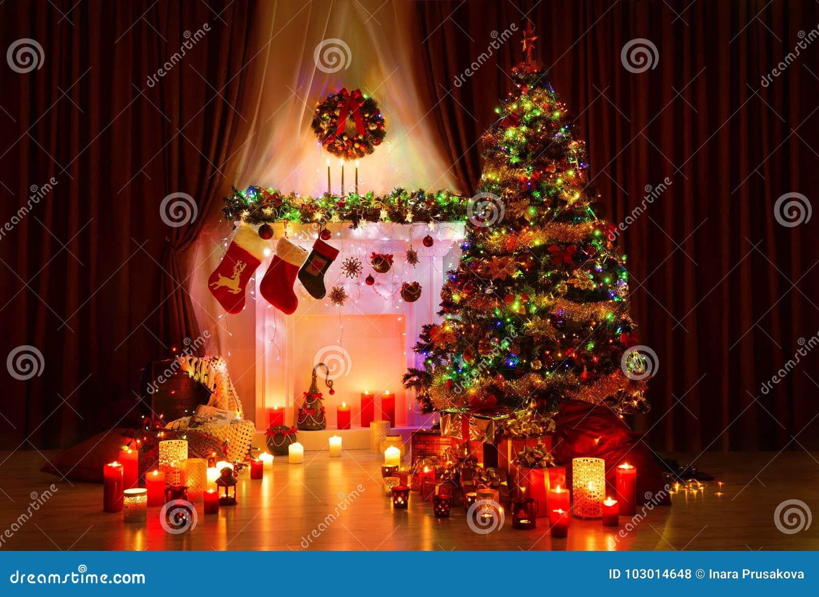 Beleuchtungs-Weihnachtsbaum, Weihnachtskamin und Strümpfe, neues Jahr