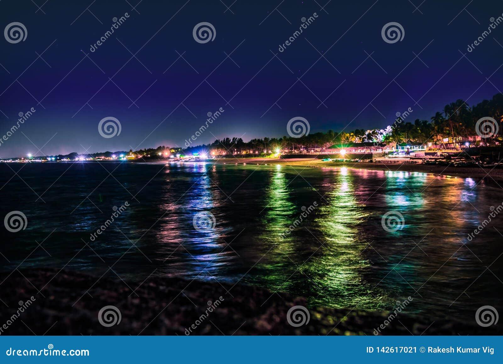 Beleza da opinião da noite da praia de Sinquerim, Goa, Índia