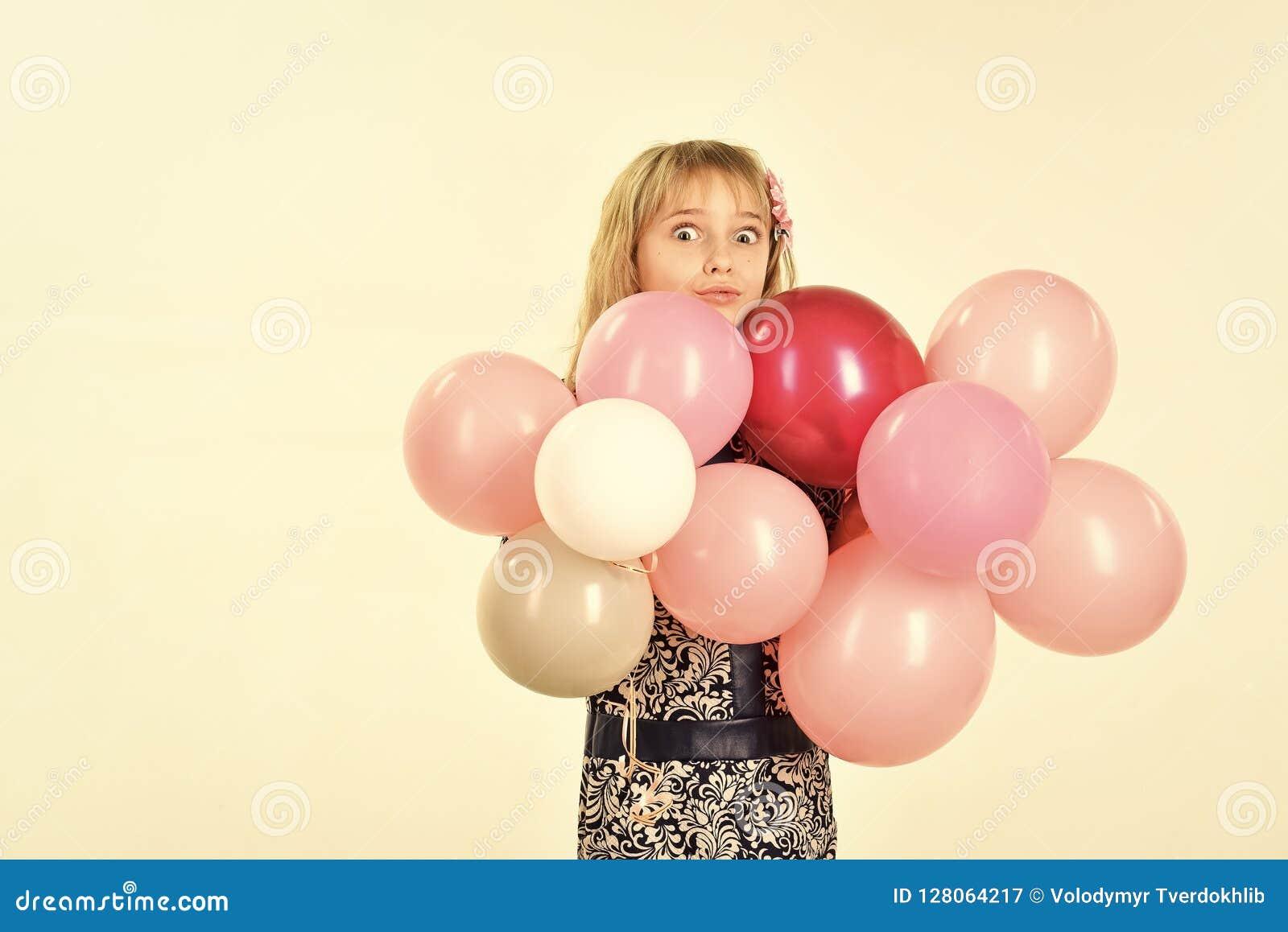 Beleza e forma, cores pastel punchy Menina com os balões da posse do penteado Aniversário, felicidade, infância, olhar miúdo