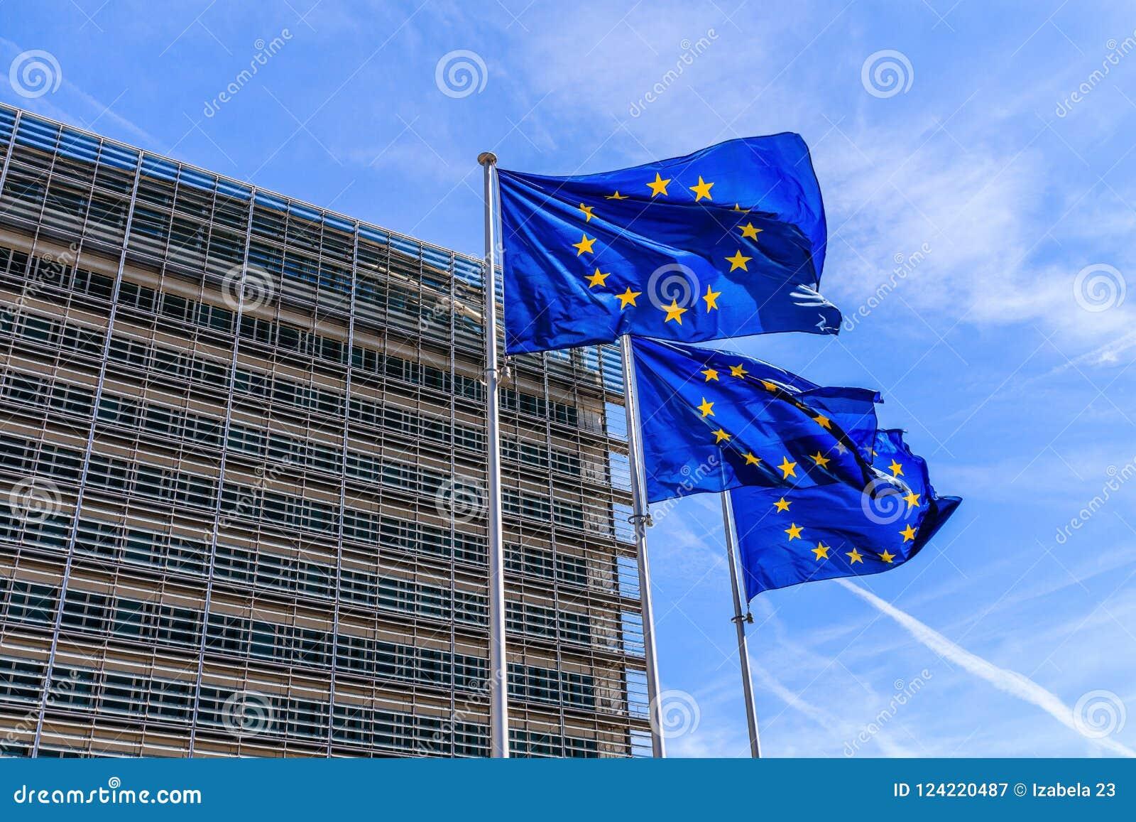 Belgien brussels Flaggor av den europeiska unionen framme av den Berlaymont byggnaden i Bryssel