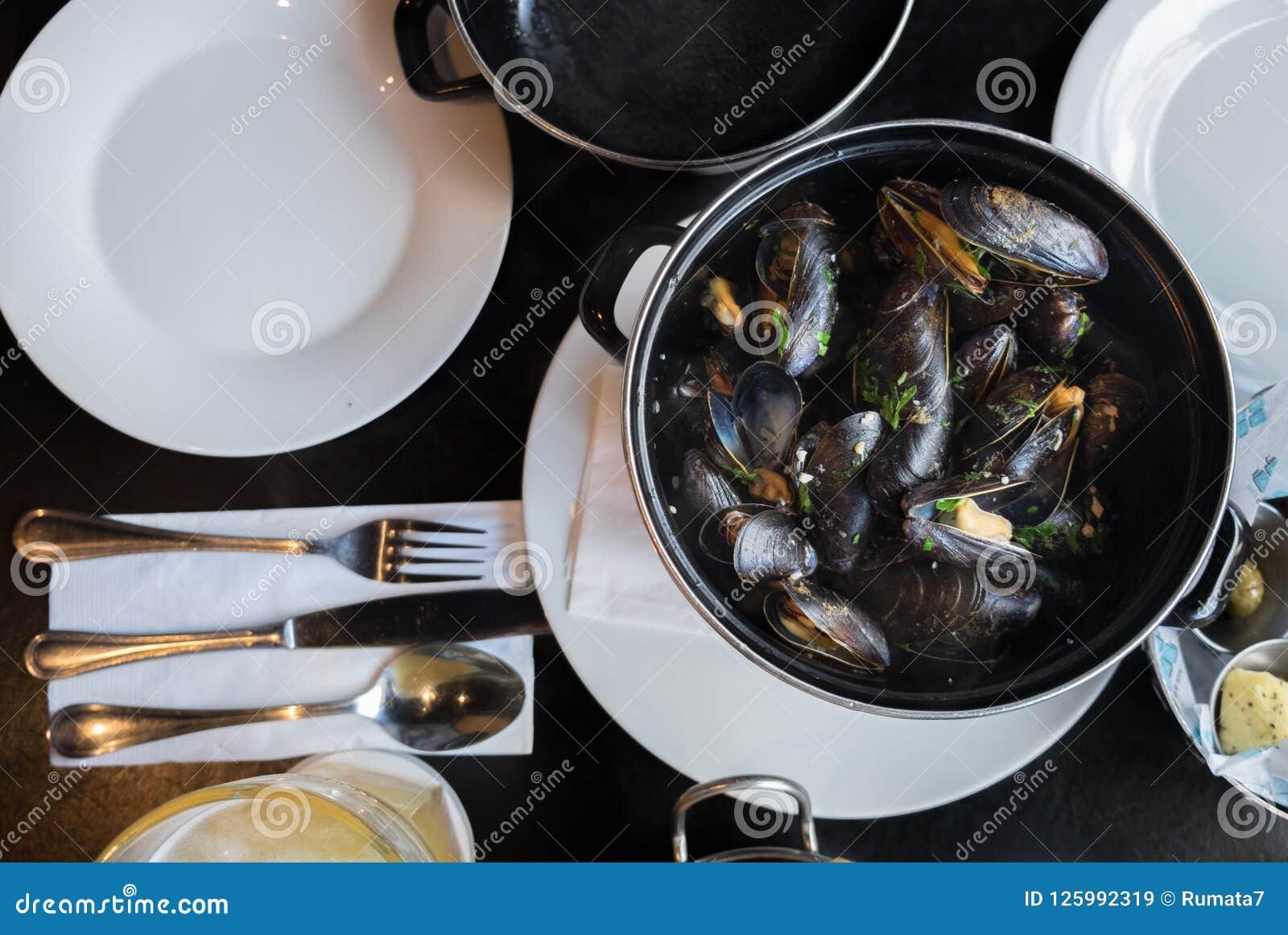 Belgijski lunch: odparowani mussels, francuzów dłoniaki i piwo,