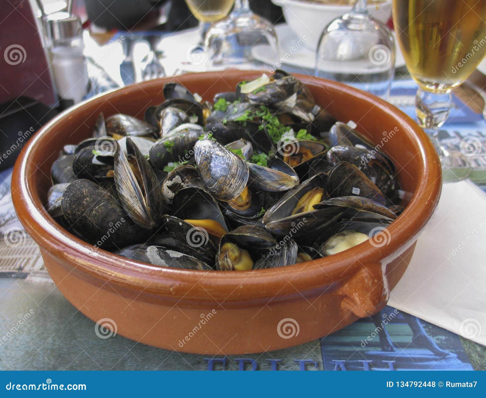 Belgische lunch: gestoomd mosselen en bier