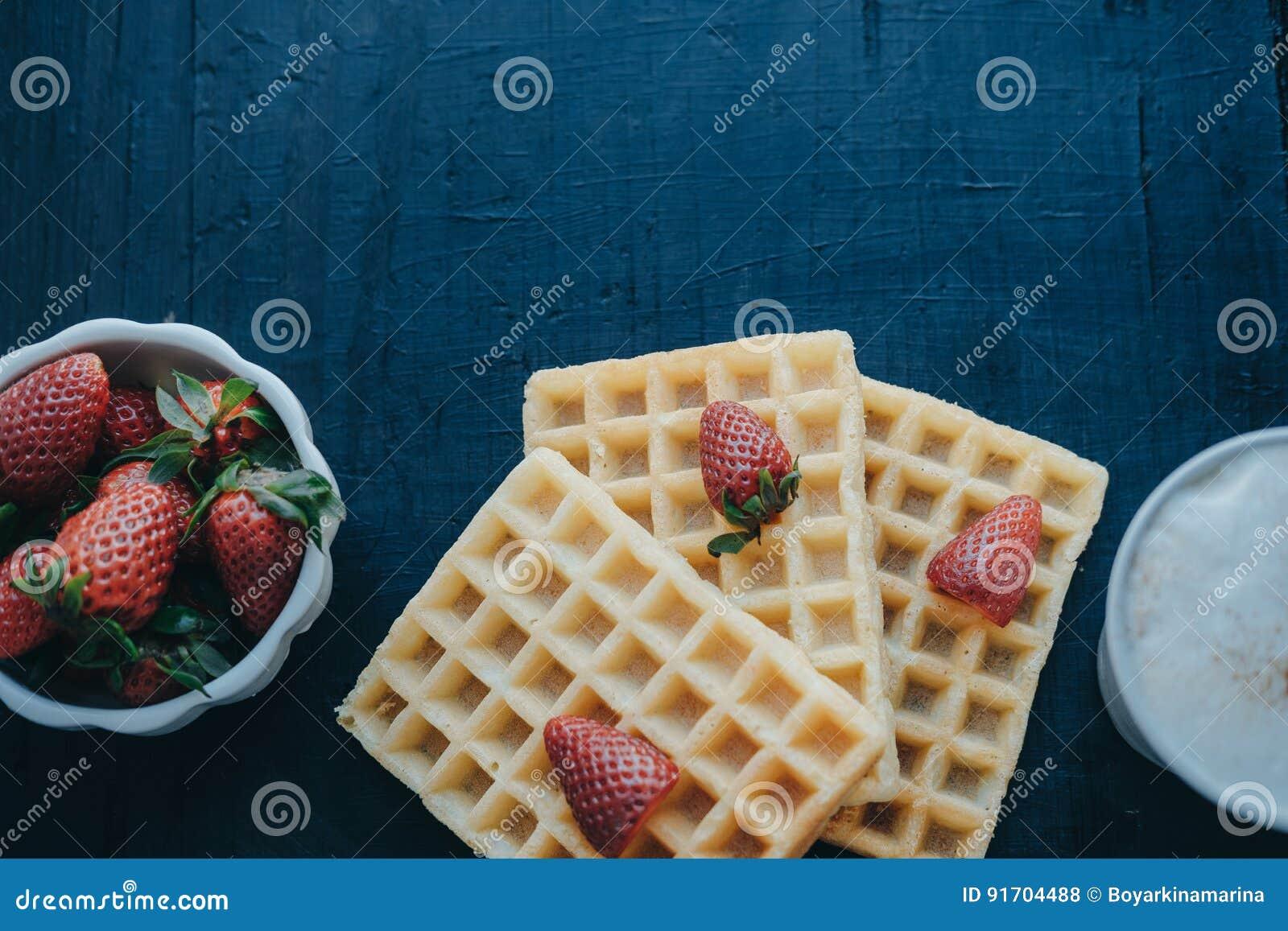 Belgische Waffeln, Erdbeeren und Kaffee im weißen Becher Raum für