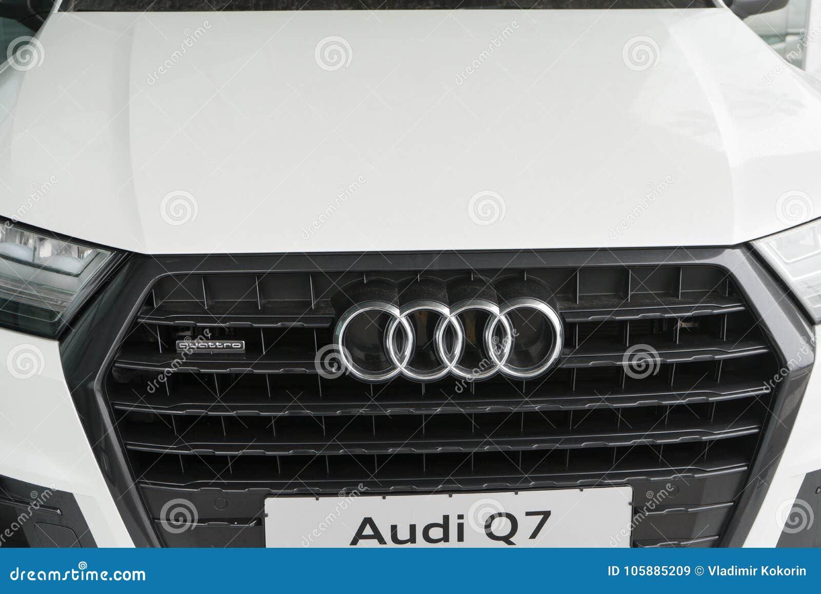 Belgorod, Rusia - 13 de diciembre de 2017: la parrilla de radiador de Audi Q7 Foto del primer de la parrilla de la compañía de au