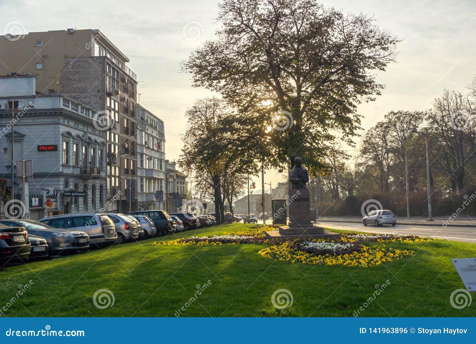 BELGRAD, SERBIEN - 10. NOVEMBER 2018: Typisches Gebäude und Straße in der Mitte der Stadt von Belgrad, Serbien