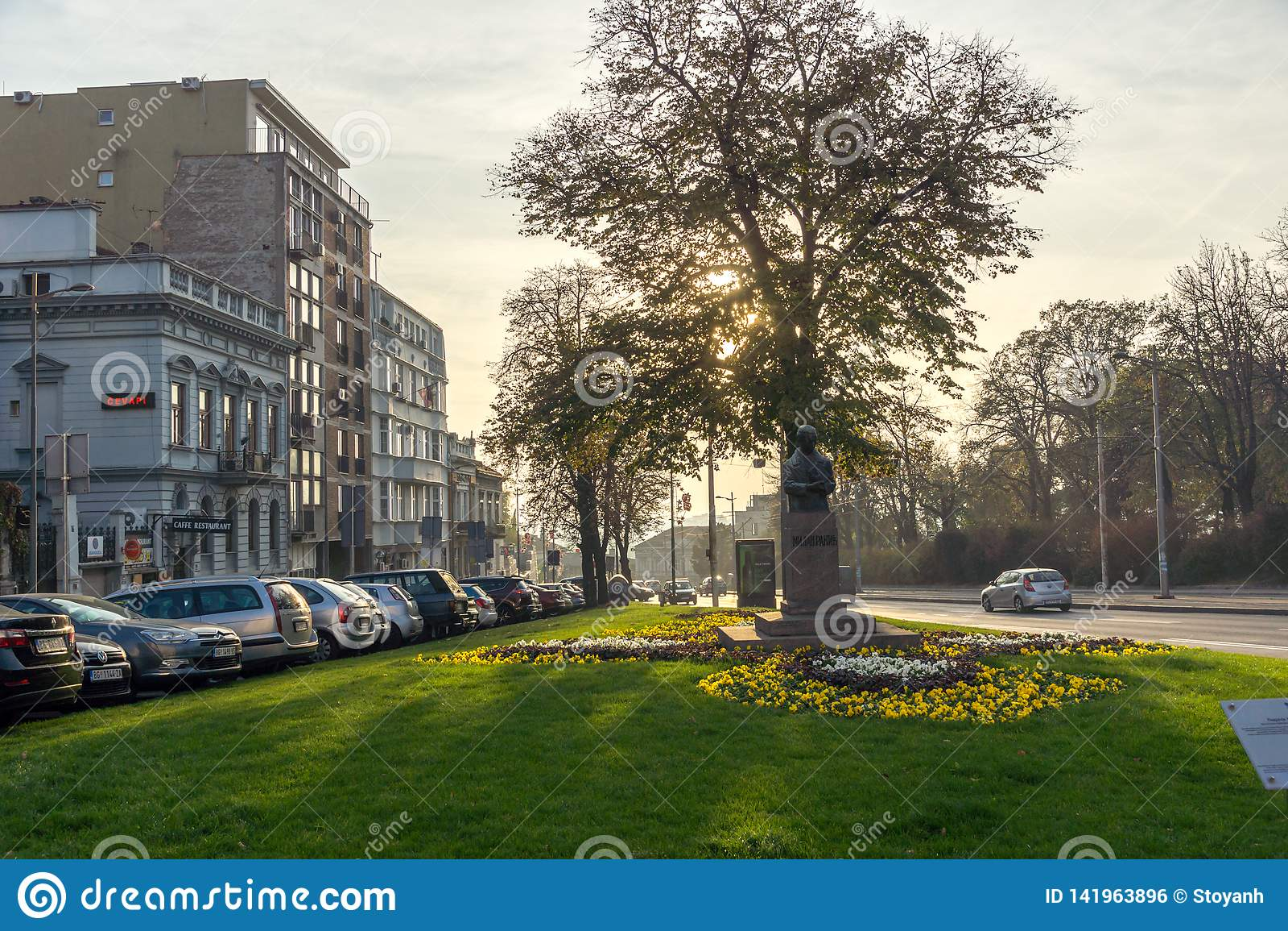 BELGRADE SERBIEN - NOVEMBER 10, 2018: Typisk byggnad och gata i mitten av staden av Belgrade, Serbien