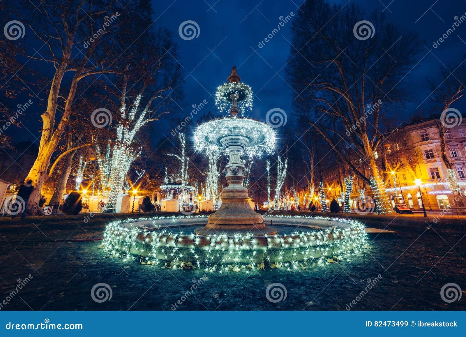 Weihnachten In Kroatien.Belichteter Brunnen Auf Zrinjevac Zagreb Kroatien Weihnachten M