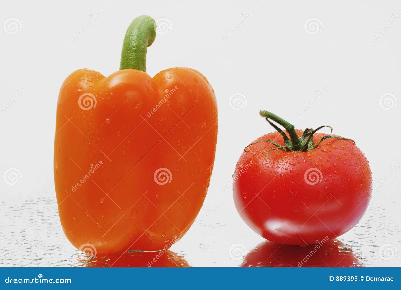 Bell świeże pomarańcze peppera, dojrzałe pomidory