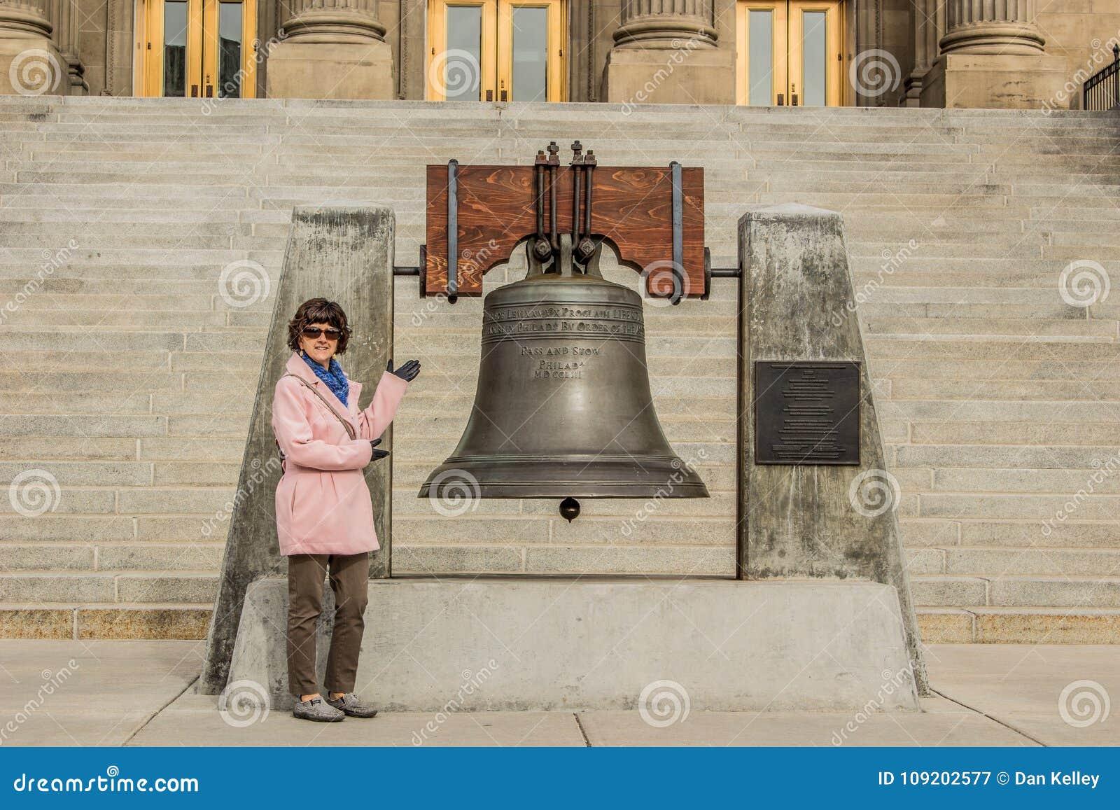 Bell en los pasos del edificio del capitolio del estado de Idaho