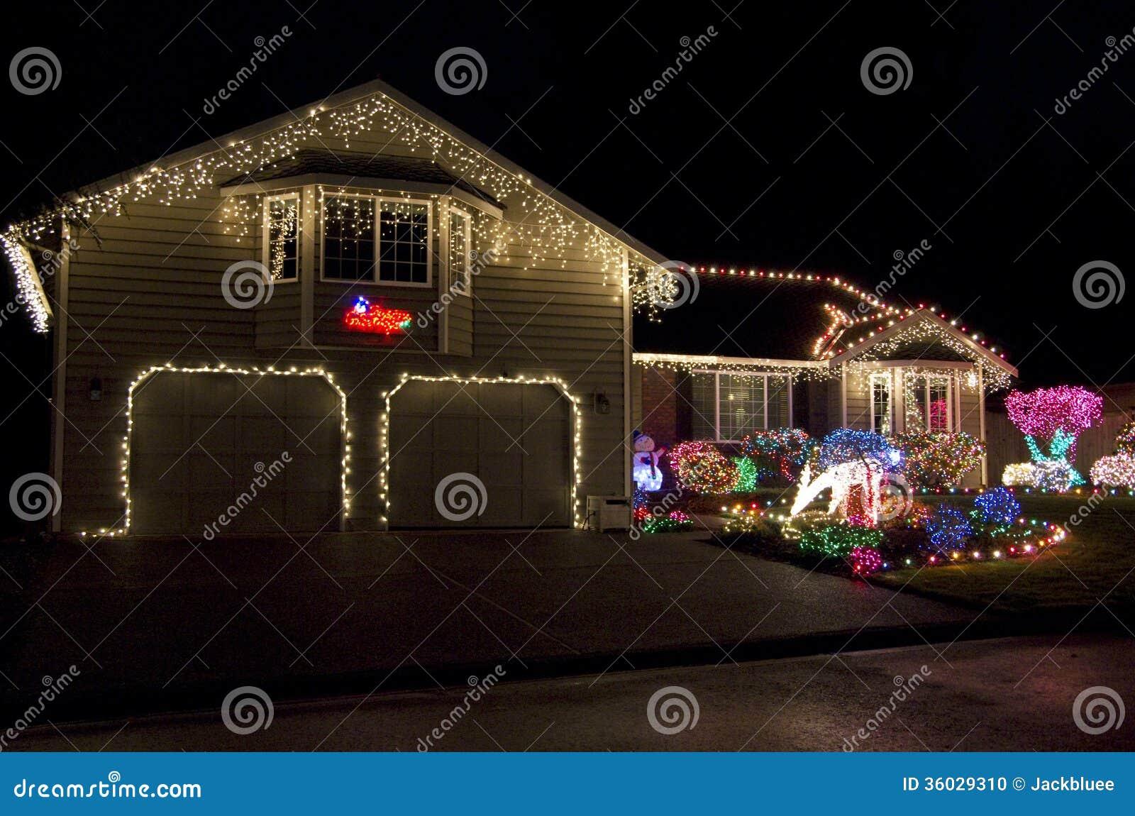Bella accensione domestica delle luci di natale della casa