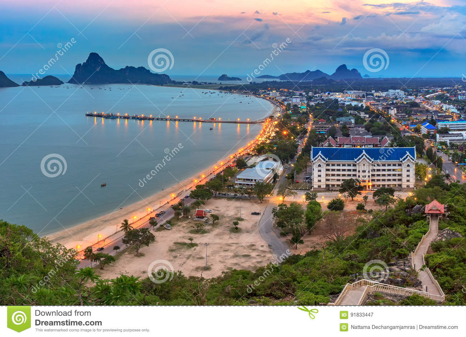 Bella alba del cielo e del mare al Ao Prachuab Prachuap Khiri Khan Thailand