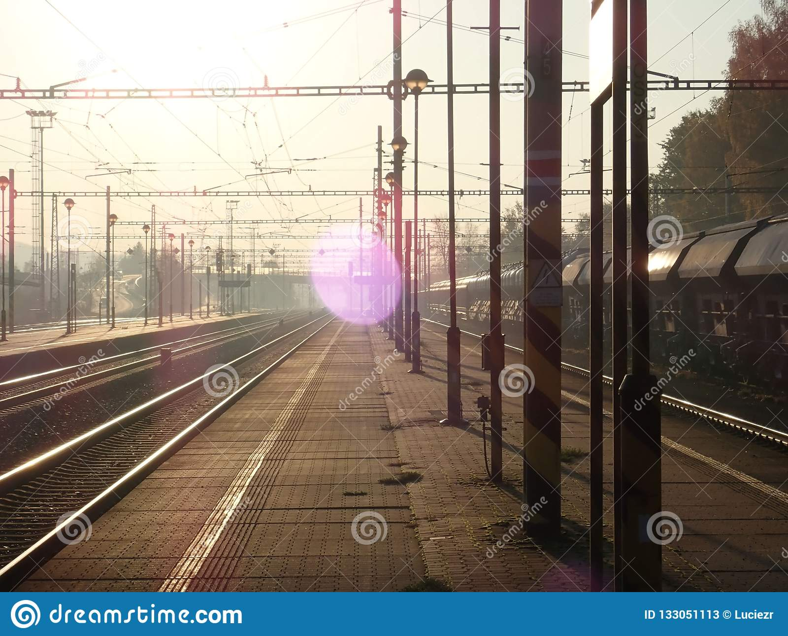 Bella alba romantica ad una stazione ferroviaria