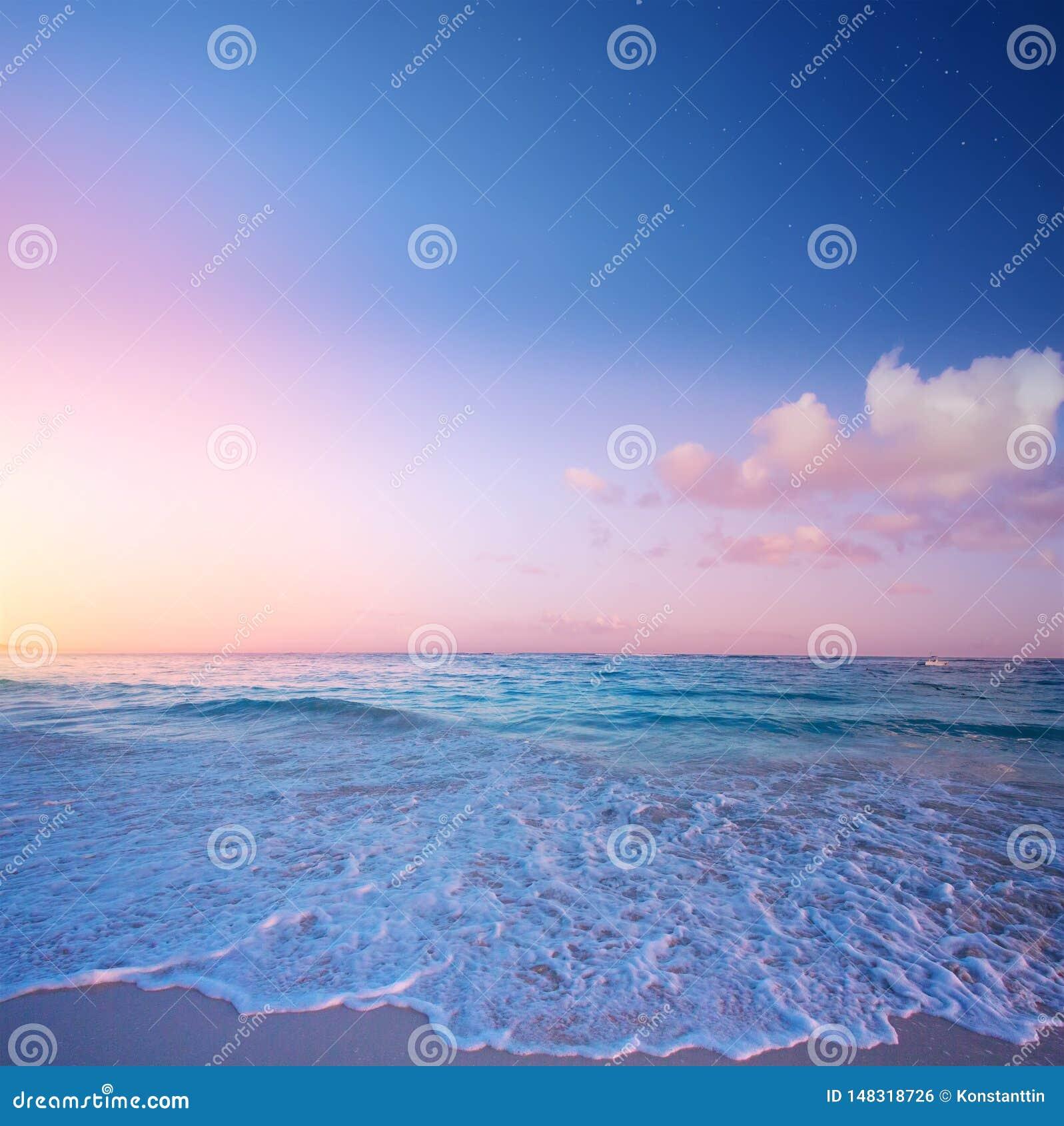 Bella alba sopra la spiaggia tropicale; vacanze estive di paradiso