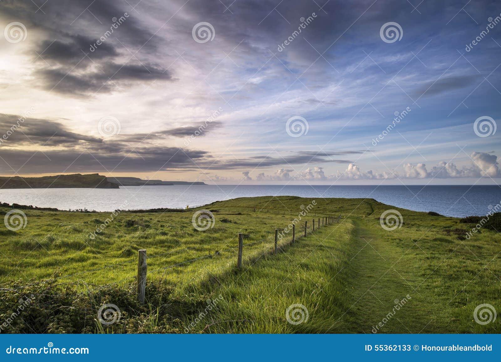 Bella alba vibrante sopra il paesaggio della baia di Mupe sul mattino di estate