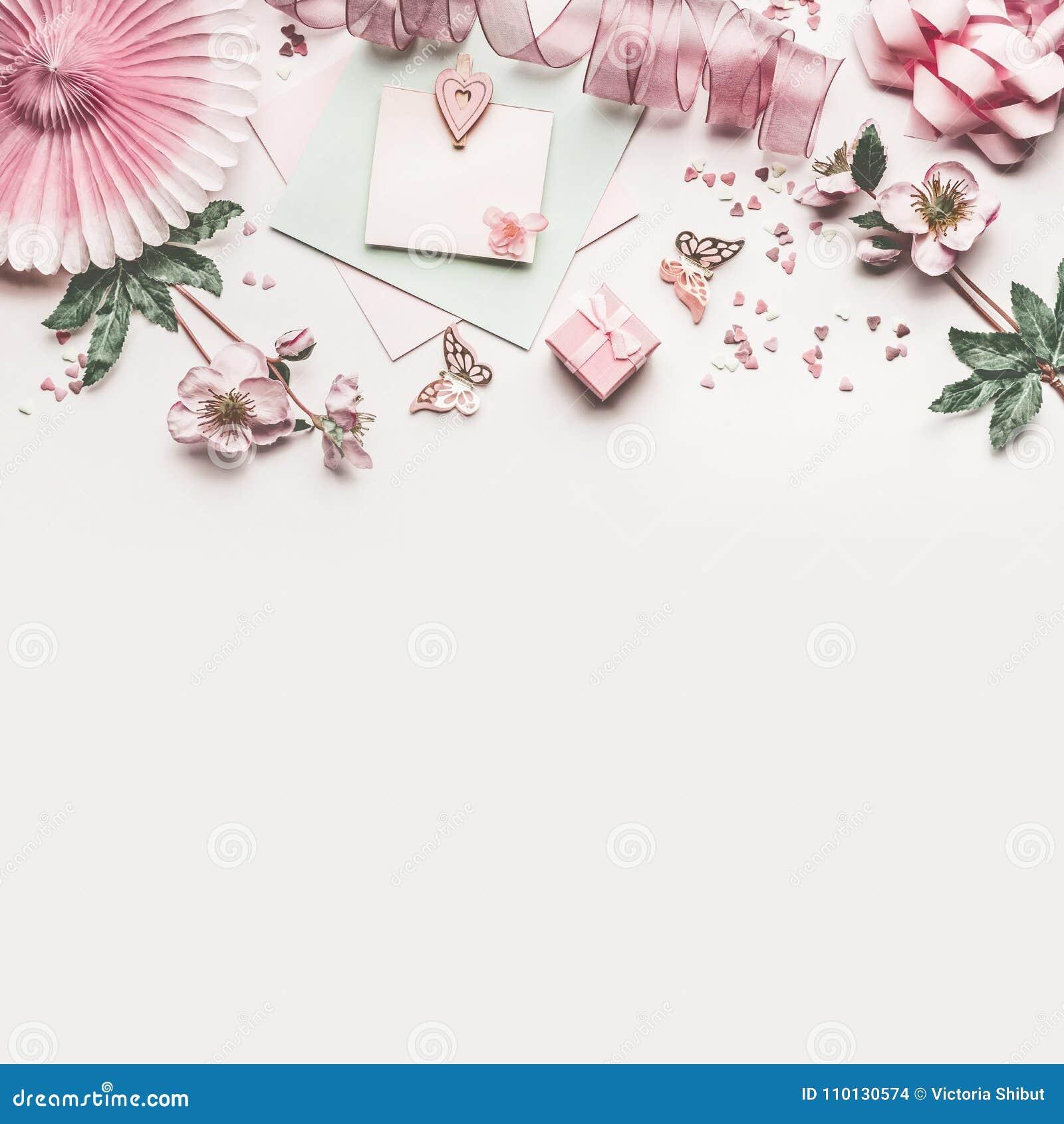 Bella area di lavoro di rosa pastello con derisione della decorazione, del nastro, dei cuori, dell arco e della carta dei fiori s