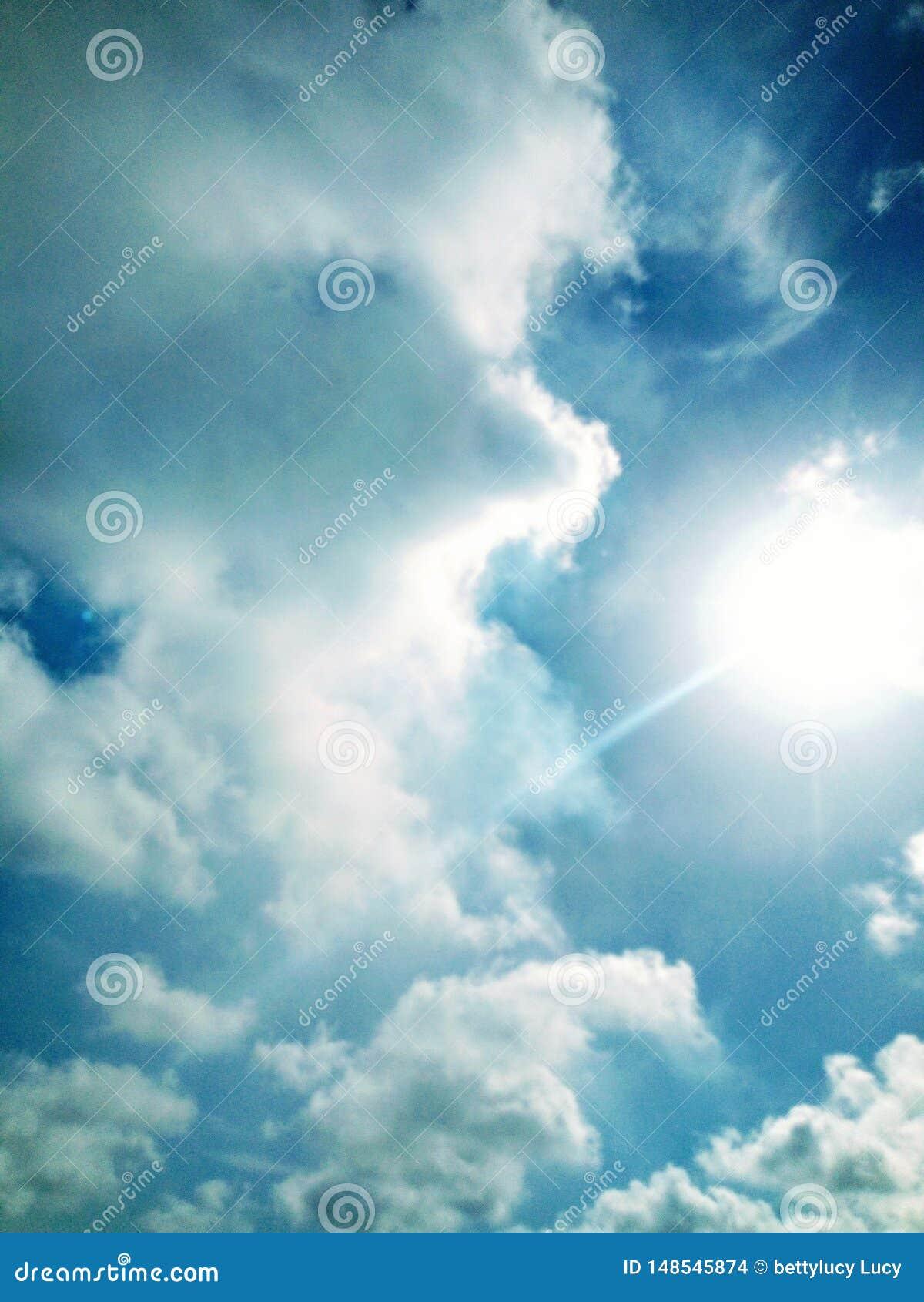 Bella atmosfera bluesky delle nuvole del sole