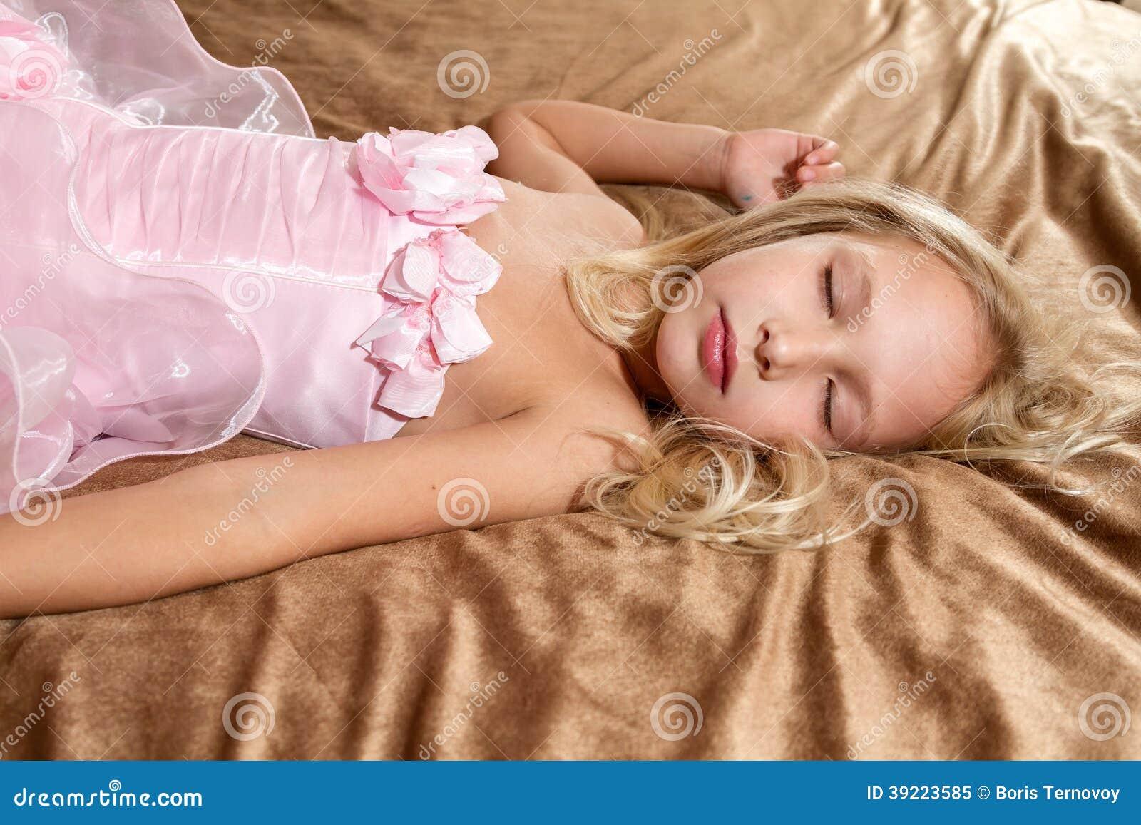 Bella bambina che dorme sul letto