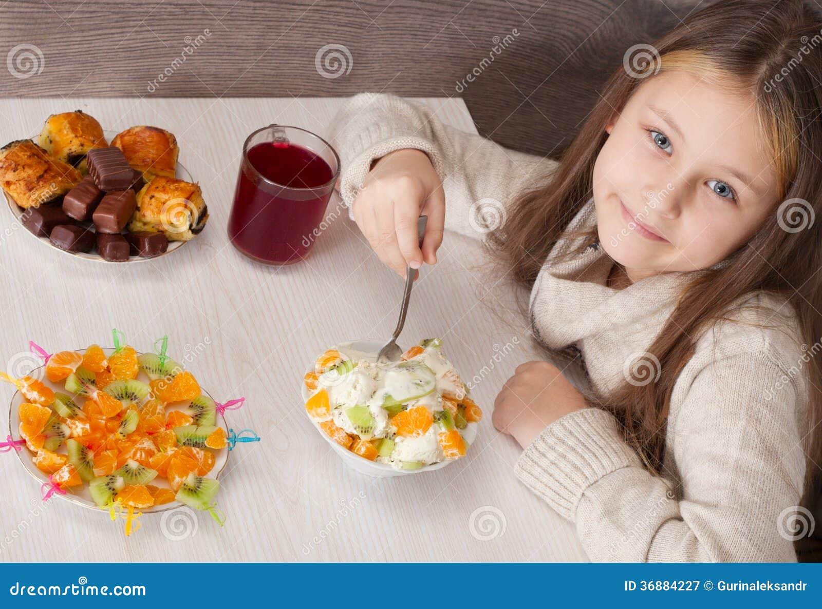 Download Bella Bambina Che Mangia Frutta Immagine Stock - Immagine di gioia, frutta: 36884227
