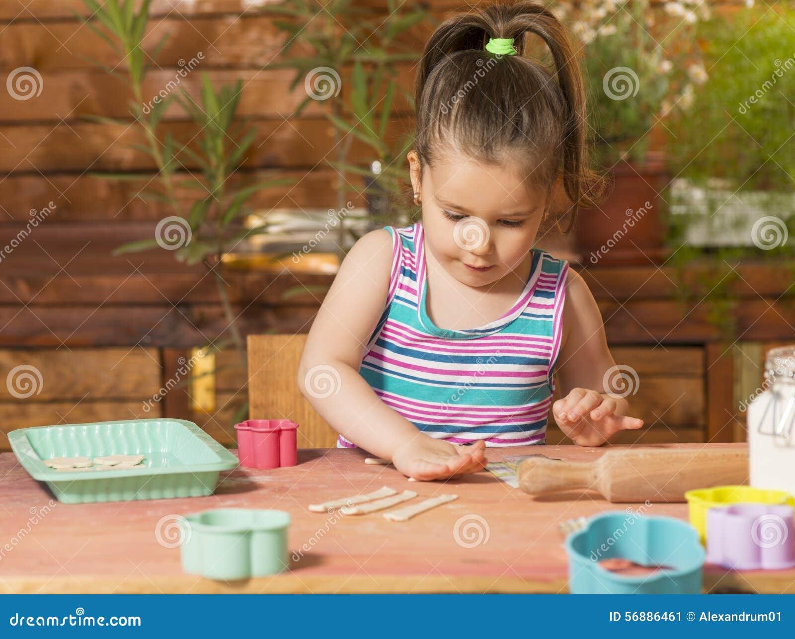 Bella bambina divertendosi cottura