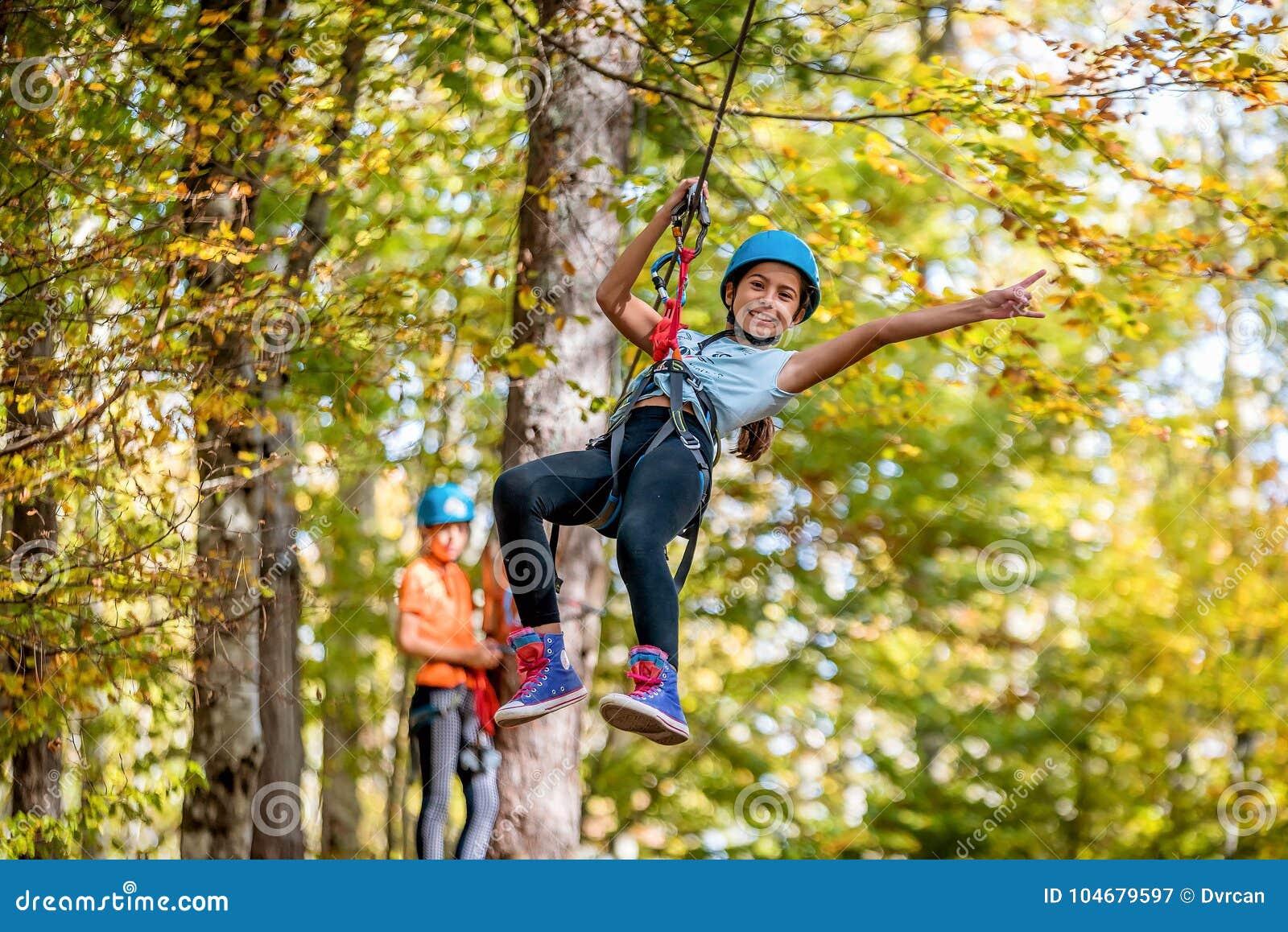 Bella bambina divertendosi nel parco di avventura, Montenegro