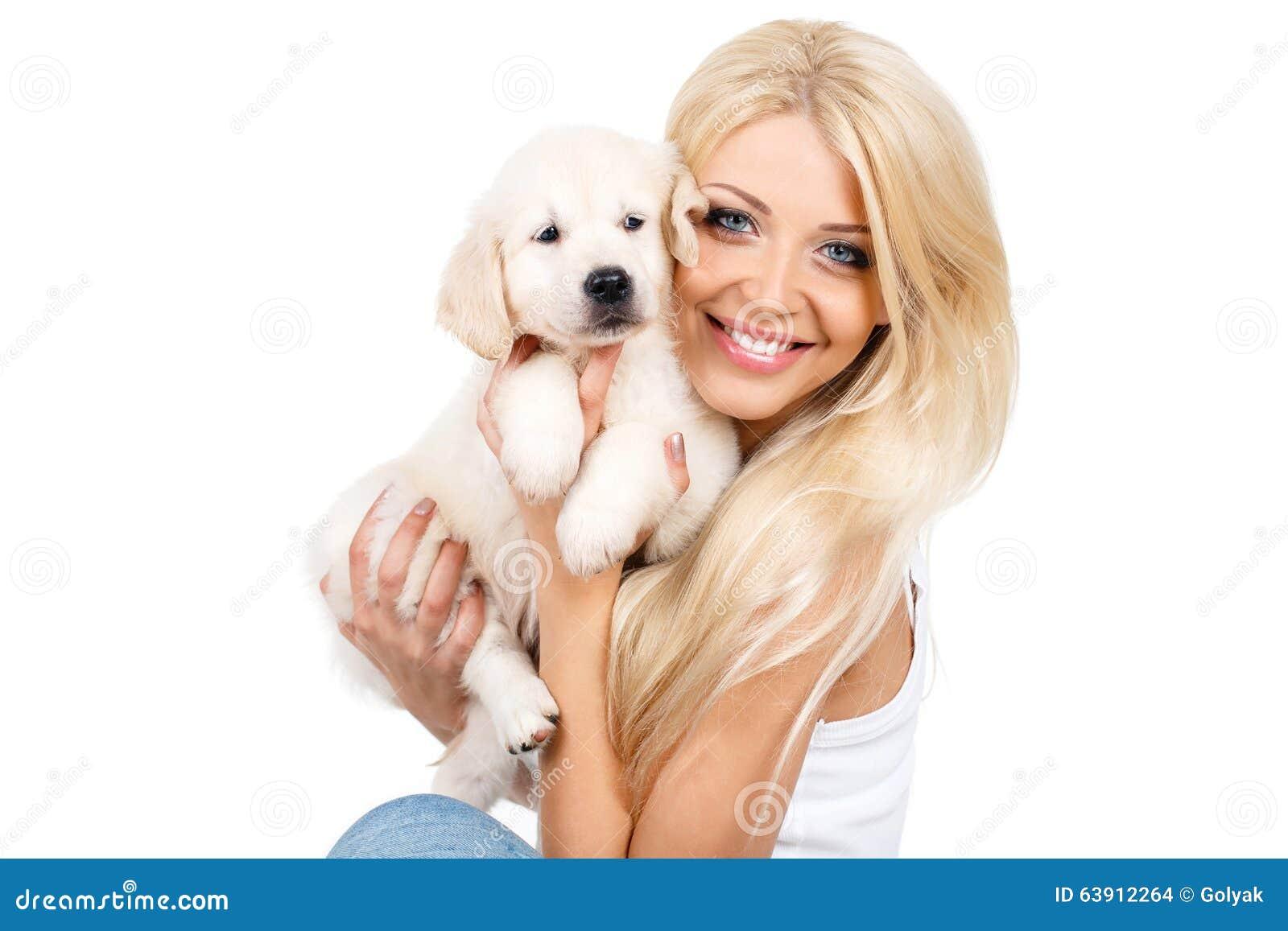 Bella bionda con un piccolo cucciolo bianco di Labrador