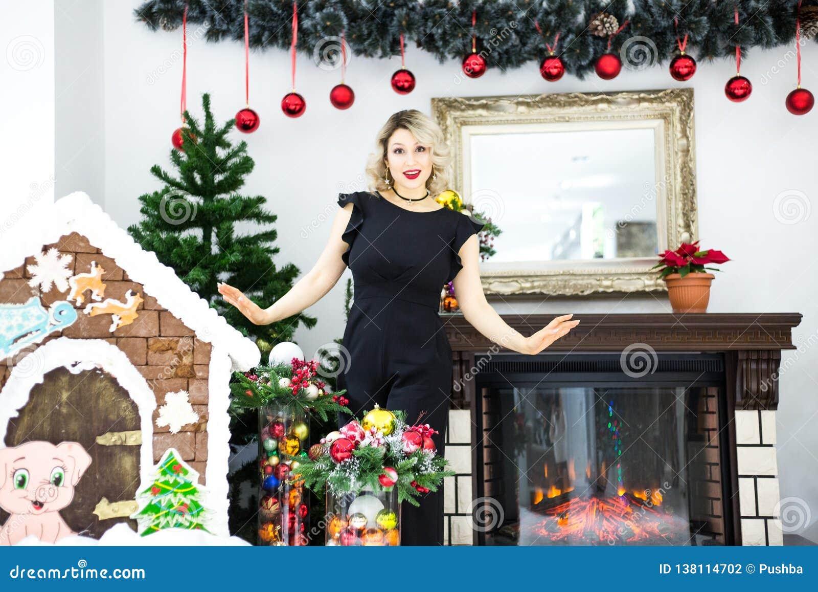 Uno Studio In Nero bella bionda in un vestito nero nel paesaggio del nuovo anno