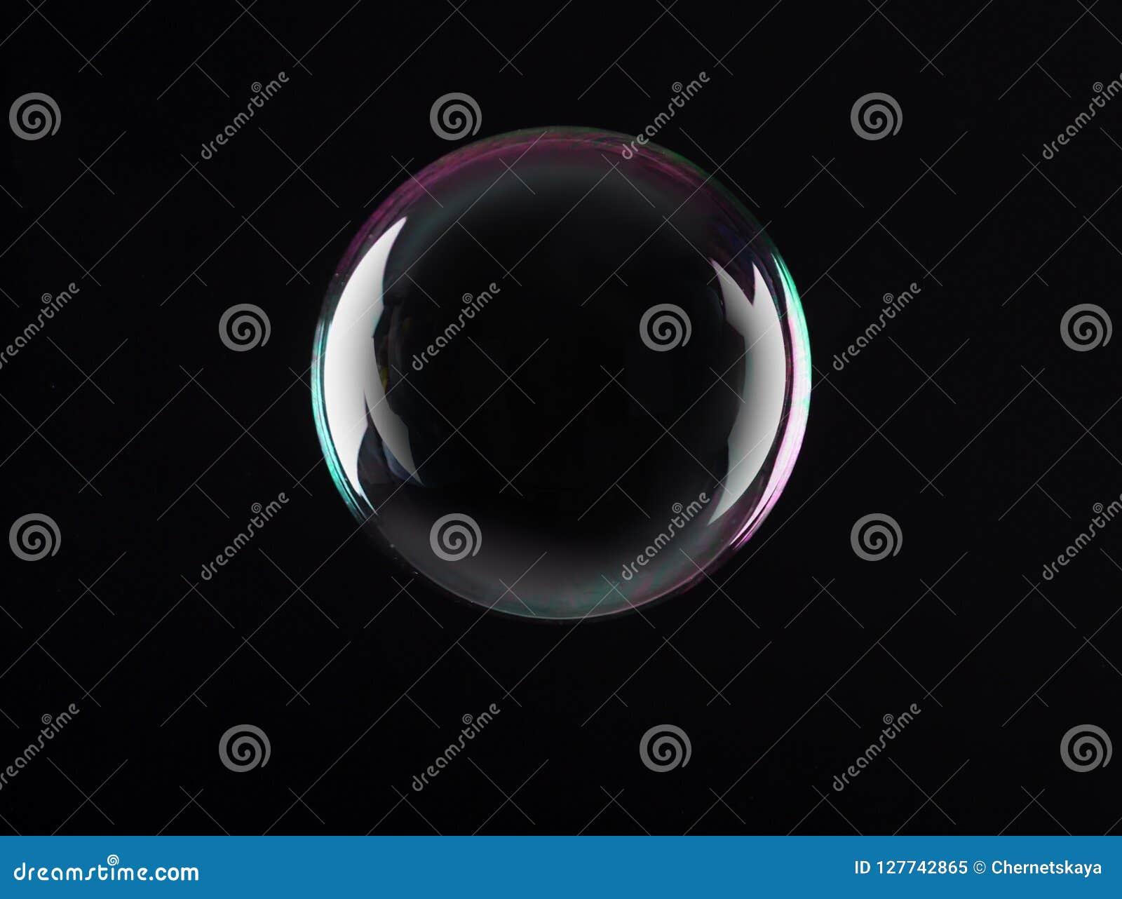 Bella bolla di sapone traslucida su fondo scuro