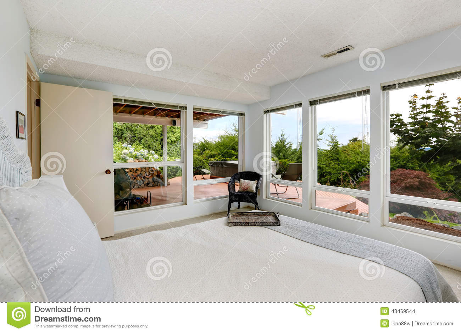 Camera Da Letto Con Parete Obliqua : Bella camera da letto bianca con la parete di vetro