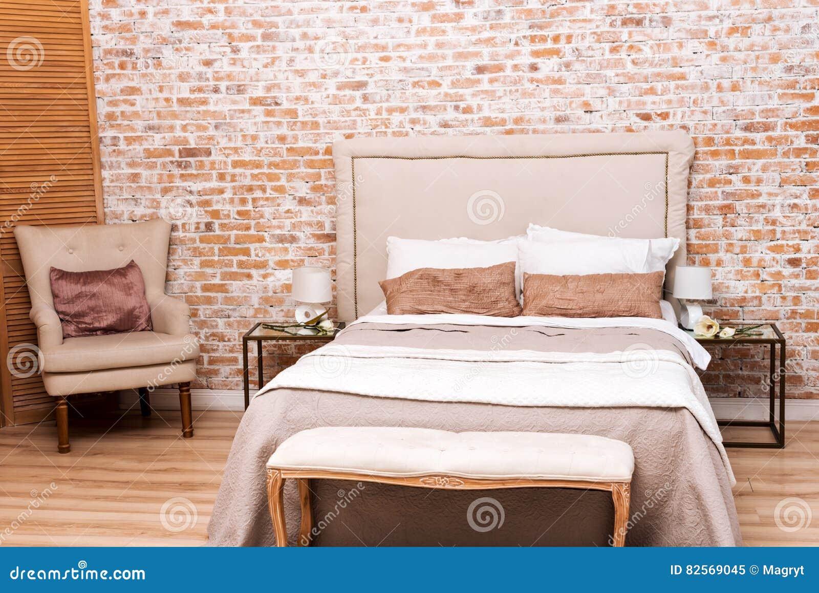 Bella camera da letto del sottotetto con il letto e - Poltrona camera da letto ...