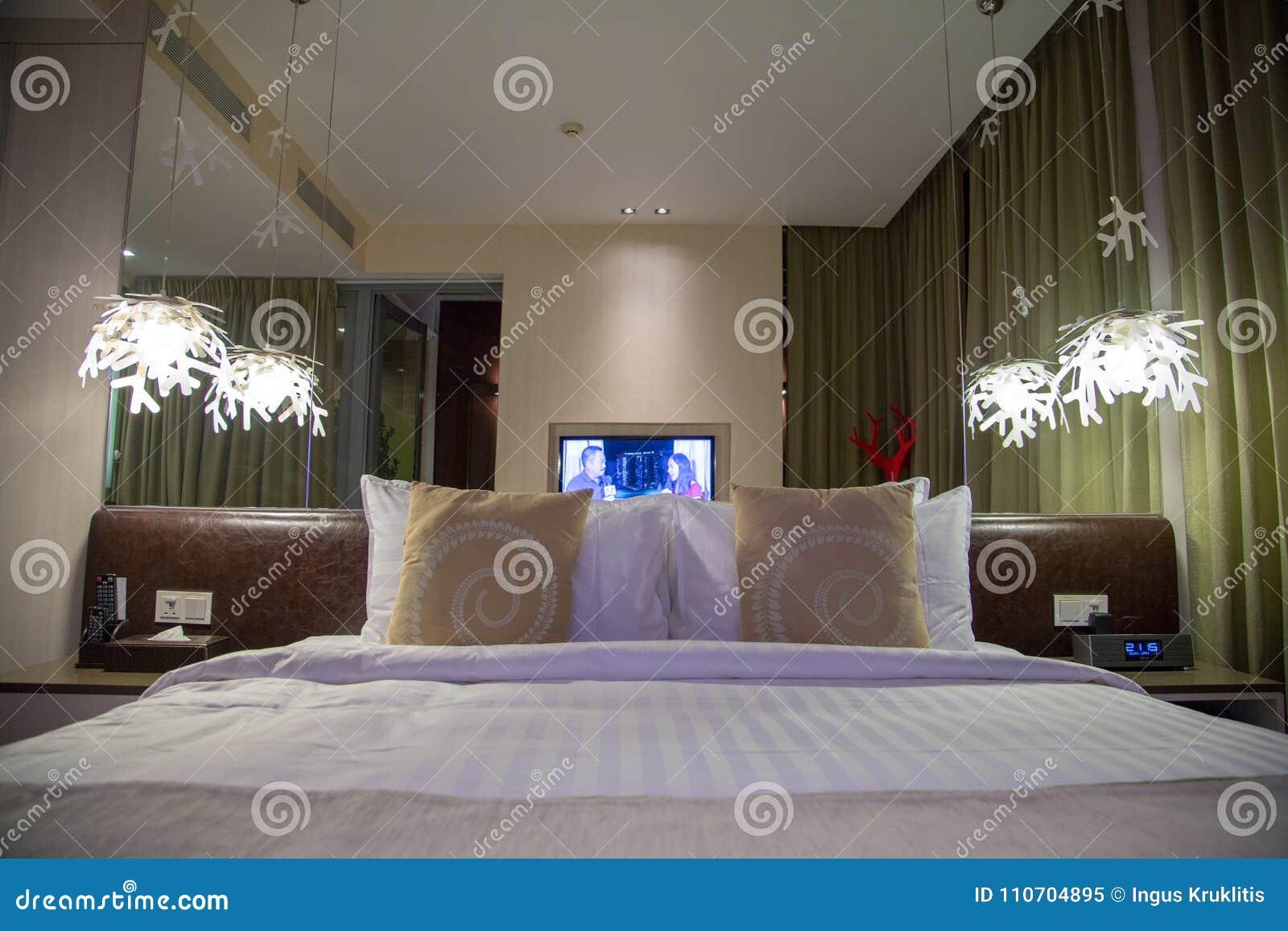 Bella camera da letto di interior design con il grande letto