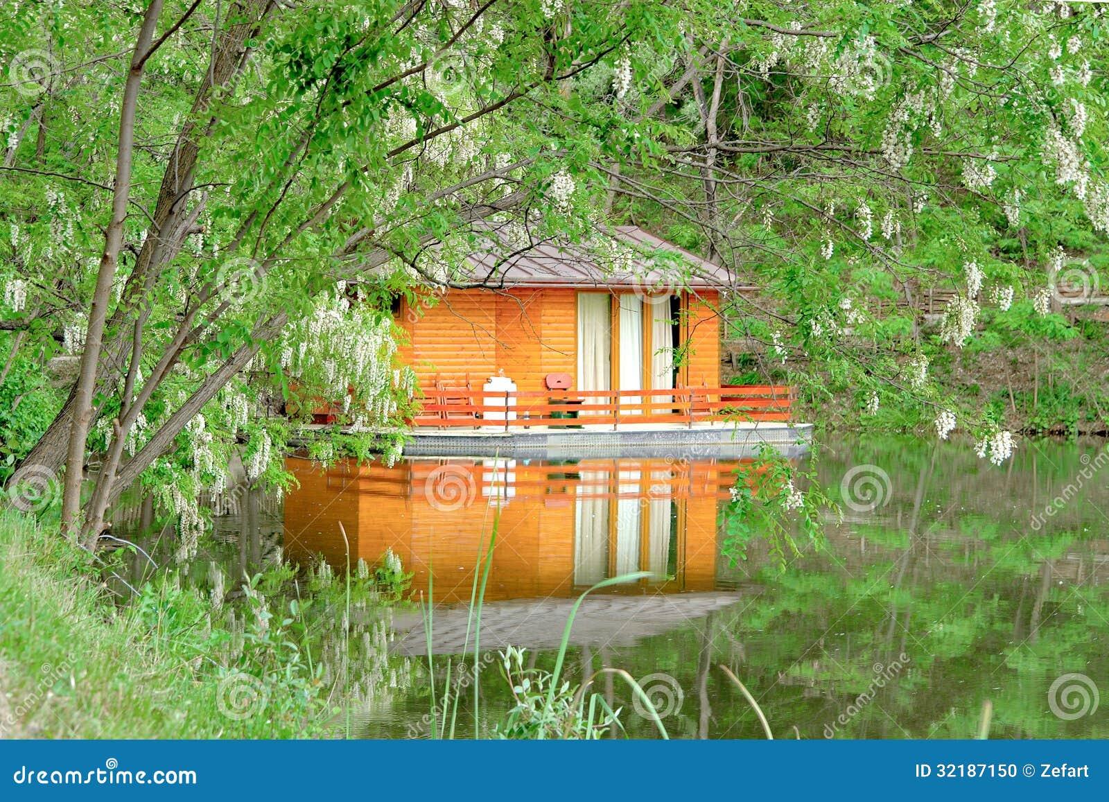 Bella casa di legno arancio sulla foresta del lago for Case di legno del paese del lago
