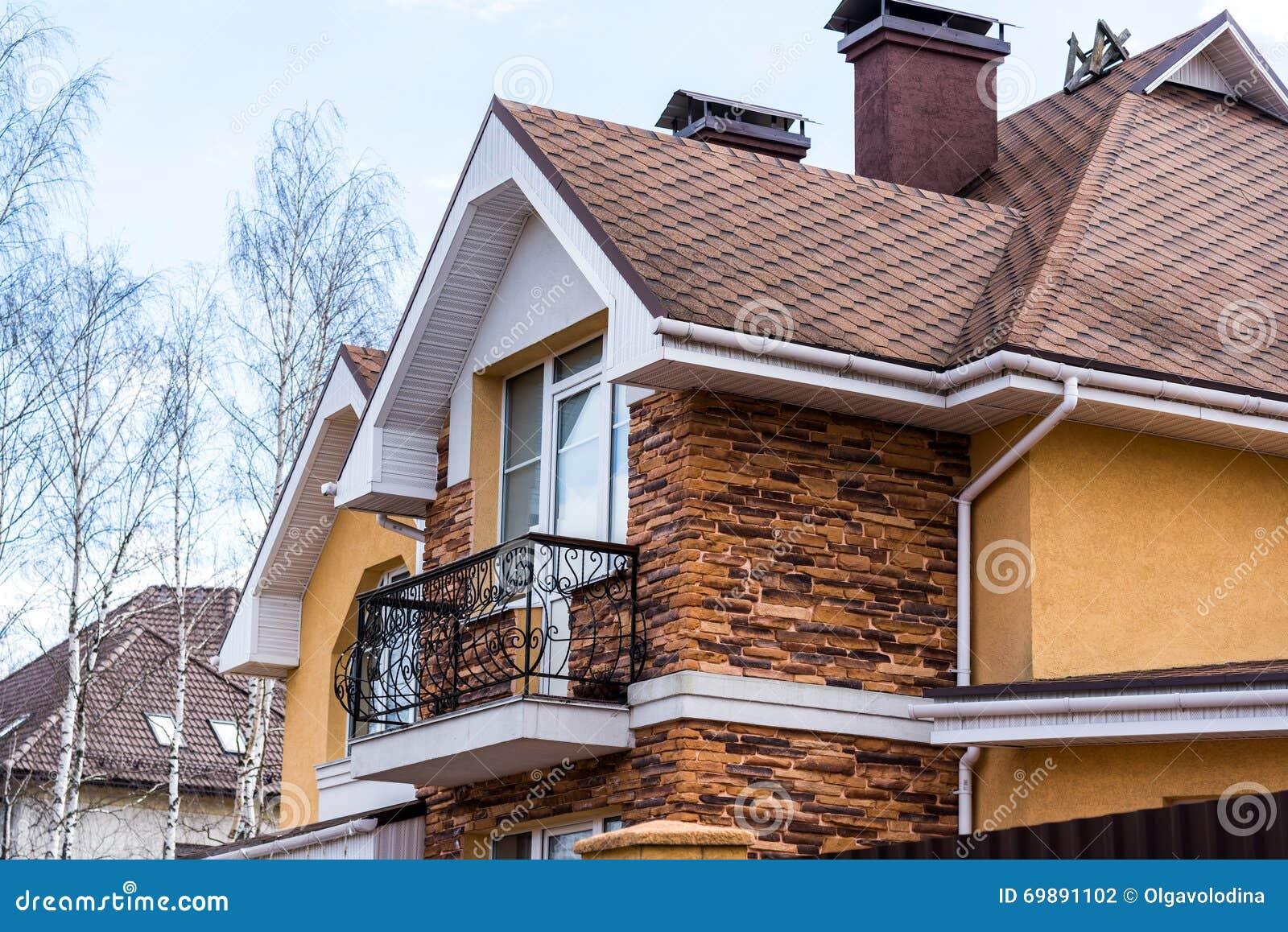 Bella casa moderna con il balcone fotografia stock for Casa moderna bella faccia