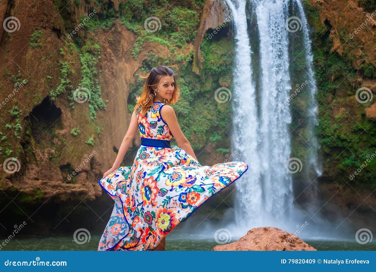 Bella cascata nel Marocco Indietro della donna nella bella caduta Ouzoud del vestito Natura esotica del Nord Africa,