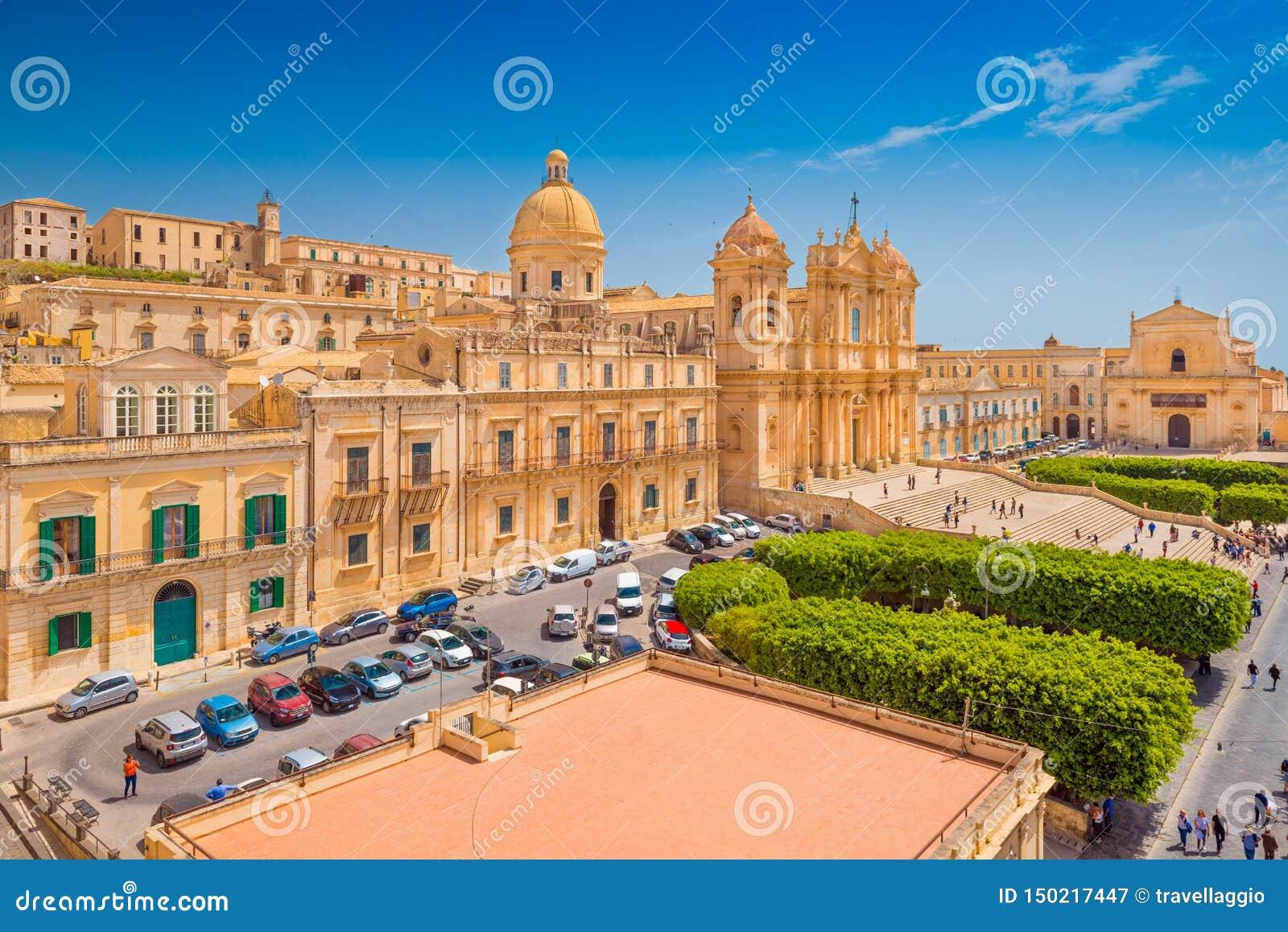 Bella città di Noto, capitale barrocco italiano Vista della cattedrale nel centro urbano Provincia di Siracusa, Sicilia, Italia