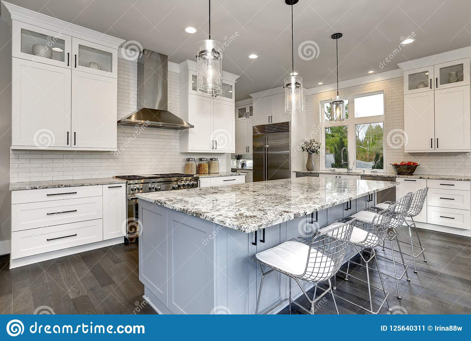 Bella cucina nell interno moderno domestico contemporaneo di lusso con le sedie dell acciaio inossidabile e dell isola