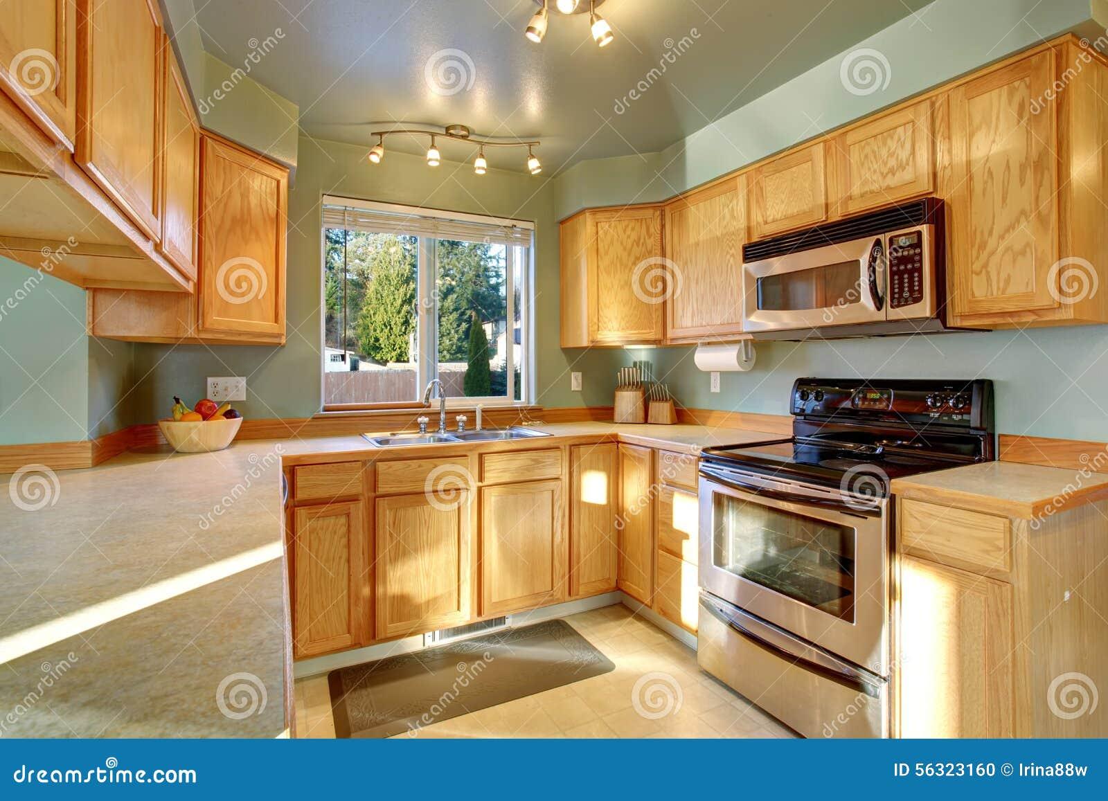 Bella cucina tradizionale con il pavimento di legno duro for Cucina tradizionale
