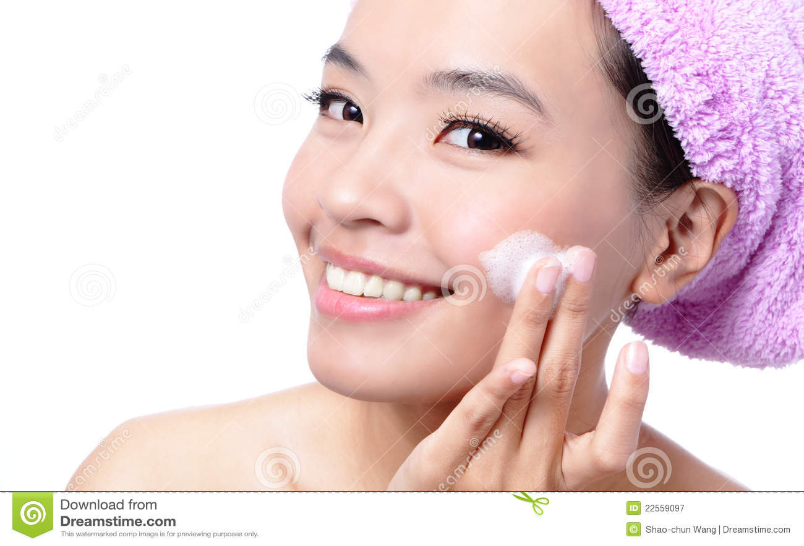 Bella donna asiatica che lava il suo fronte di bellezza