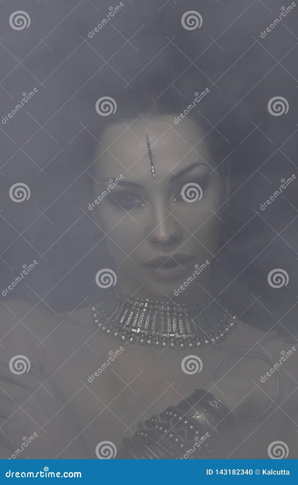 Bella donna Bellydancer con trucco orientale e gioielli orientali indiani, arabo, africano, egiziano Fusione tribale
